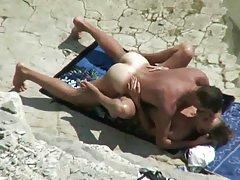 בני הזוג spyed על החוף