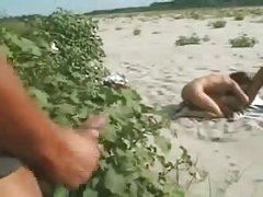 זוג לסביות איטלקי ממשש על החוף עבור מציצנים