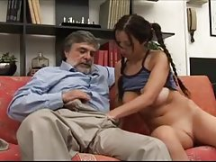 איש זקן למשש נערה צעירה