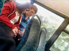 בחורה מתאימה לה גרביונים שחורים על הרכבת